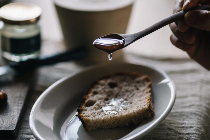 口当たりがまろやかな、純・東御市産のアカシア蜂蜜は、長野県東御市で大切に採取された貴重なアカシアの蜂蜜。アカシア蜜はクセのないさらっとした口当たりと爽やかな甘みが特徴で、ハード系のパンやチーズとの相性は抜群!  北海道の森に生息する大木、菩提樹から採取したはちみつは、濃厚で芳醇な香りが特徴で、ハーブを感じさせるとも言われているそうです。パンやパンケーキ、ヨーグルトなどには勿論、チーズやナッツとの相性が良いそうです。 ミツバチと大自然が運んでくれたこだわりのハチミツ。こんな素敵なプレゼントなら、お友達もきっと喜んでくれそうですよね。