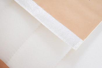 壁紙に付いている剥離紙は全部外さずに、両面テープの幅の分だけ剥離紙を切ってそこに両面テープを貼るようにすると簡単にはがすことができて、下の壁紙が汚れなくて安心です。または壁に幅広のマスキングテープで保護してその上に壁紙を貼るといった方法もあります。