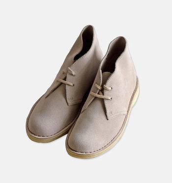 1950年にクラークス社(C&J Clark Ltd.)より発売された、丸いつま先に2つの靴紐の穴、くるぶし丈が特徴のブーツです。また、ソールにラバー素材を使っているのも特徴のひとつです。