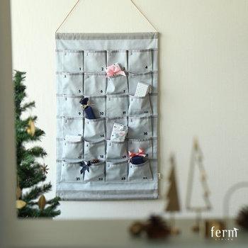 1~24のポケットにプレゼントを入れ、12月1日から毎日ひとつずつ開けていけば、最後にやってくるのはクリスマス!当日までカウントダウンしながらワクワク気分で過ごせる、楽しい仕掛けカレンダーです。