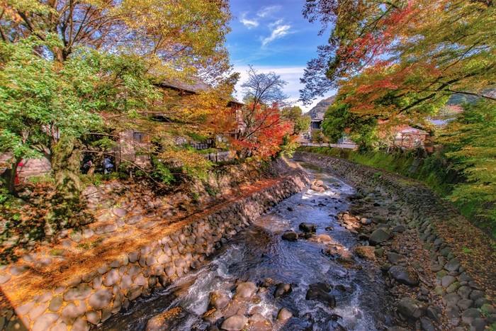 """『伊豆の踊子』の舞台となった天城や""""伊豆の小京都""""とも呼ばれる修善寺など、昭和の雰囲気と街並みが美しい中伊豆も、都心部から車・電車ともに約2時間でアクセスできる人気エリアです。"""