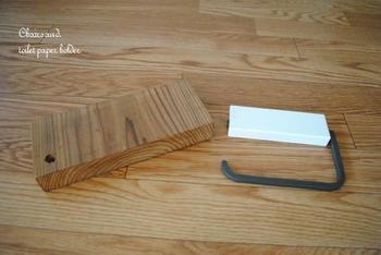 市販のトイレットペーパーホルダーを利用して、オリジナルアレンジが楽しめるアイディアです。木材に金具を付け替えることでウッド調の仕上がりに♪