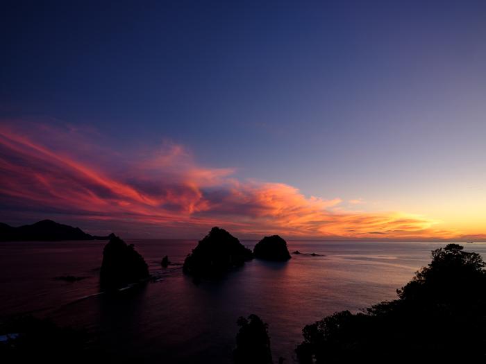 """""""夕陽のまち""""と称される西伊豆。堂ヶ島や雲見、大田子海岸など、到るところに夕陽の絶景スポットがあり、日本一の夕陽を見てみたいと多くの人々が訪れています。漁港も多く豊富な海の幸が楽しめます。"""