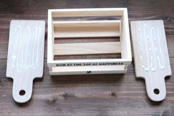 カッティングボードの両端をボックスの幅に合わせてカットするのがポイントです。お好みの色合いに塗って取り付け場所と雰囲気を合わせましょう♪