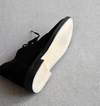 ラバーソールは、クッション性が高く弾むような履き心地。滑りにくいところもポイントです。 シンプルなデザインですので、どんなボトムスとも相性が良く、履くだけで雰囲気あるコーデに仕上げてくれます。シンプルコーデが多いナチュラルさんにもぴったりのシューズです。