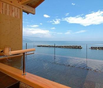 まるで海に浮かんでいるみたいな絶景の露天風呂が楽しめるこちらの温泉。内湯と露天で違う源泉を使用しているので1つの浴場で2つの源泉を楽しむことができます♪