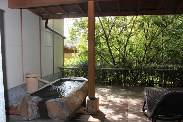 5つの貸切露天風呂が楽しめる温泉好きにはたまらないお宿。客室露天風呂付きの客室には広々としたテラスもあり、自然の中でゆったりとした贅沢な時間が過ごせます。