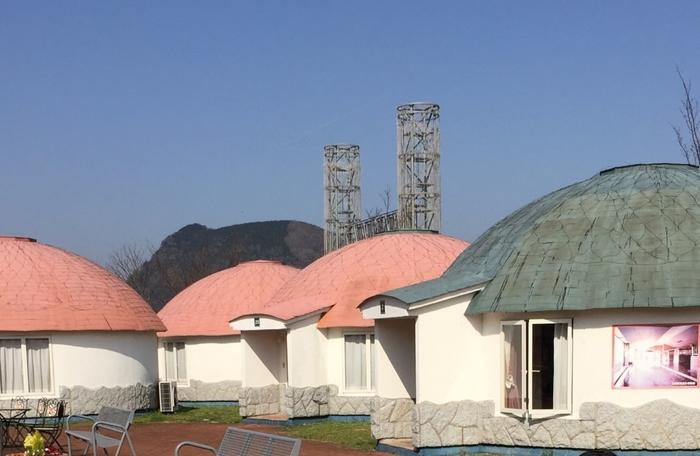 可愛らしいドーム型のホテルは4~6名まで宿泊可能、仲良しグループや家族旅行におすすめの温泉村。お部屋にも温泉がありますが、村内の日帰り温泉にも宿泊者は格安で入ることができます。