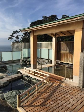 エントランス、バーラウンジ、露天風呂。あらゆる場所から美しい海が見渡せる温泉宿は、貸切風呂だけでなく貸切岩盤浴まであるラグジュアリーな空間です。