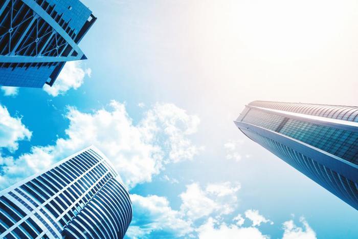 青空が背景になっている写真も人気があります。見上げるように写す写真は気持ちのいい広がりが感じられますよね。