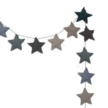 星が並んだガーランドです。可愛らしいモチーフですが、シックな色味のものを選ぶと落ち着いた雰囲気になります。