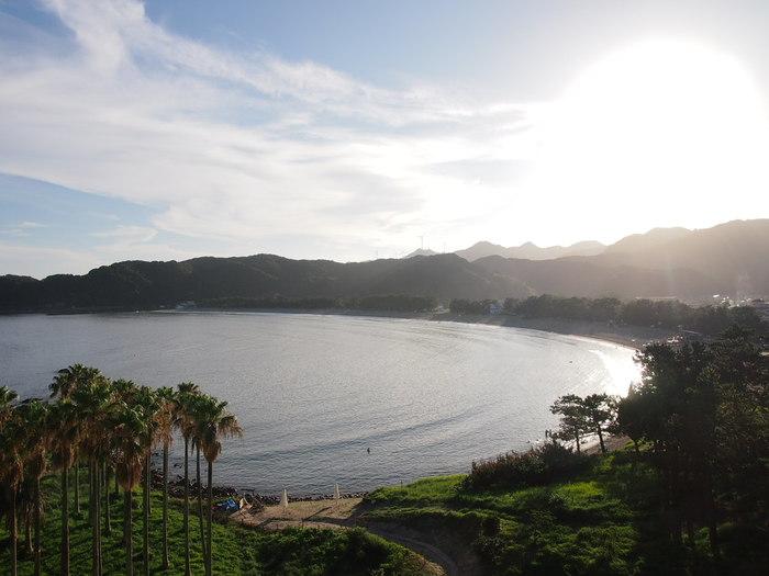 日本の渚100選にも選ばれた美しい弓ヶ浜を一望できる、全室オーシャンビューで客室露天風呂付のお宿。客室露天風呂だけでなく大浴場や波打ち際にいるかのような露天風呂もおすすめです。