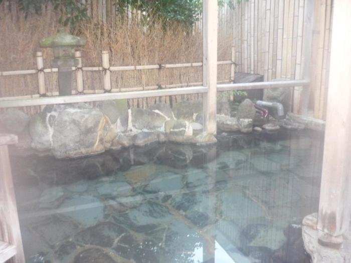 下賀茂温泉の源泉かけ流しの内風呂と露天風呂。レトロな作りでノスタルジックな気分にさせてくれます。