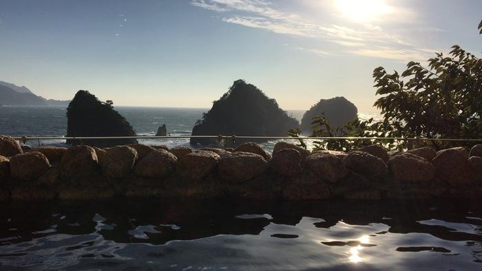 眼の前の三四郎島を眺めながらの露天風呂。日中や朝も美しいですが、夕陽が沈む時間帯は、幻想的な世界に思わずため息がこぼれます。