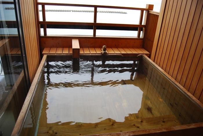 全室オーシャンビューで大浴場・露天風呂からも海を眺めることができます。また、露天風呂付きの客室もあるので、夕景をひとり占めしながら入浴できます。