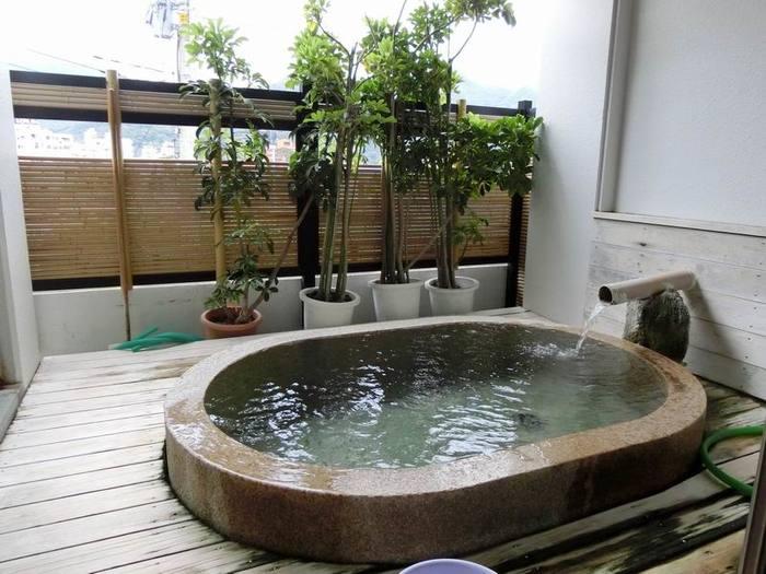 内湯と半露天風呂ともに源泉かけ流しの温泉。温度は熱めですが内湯の方は水の継ぎ足しは禁止。ただし半露天風呂は加水ができるので、熱いお風呂が苦手な方も安心♪