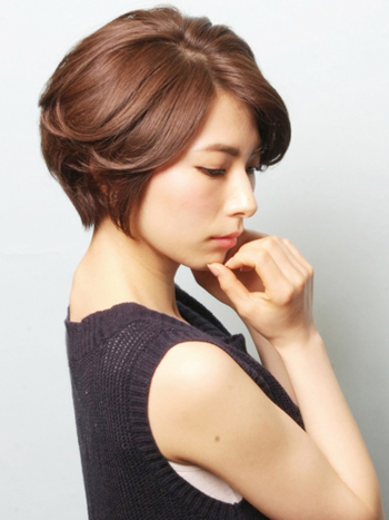 まず一つに髪のボリュームダウンが悩みの一つとして挙げられます。髪の一本一本が細くなり、コシが感じられず全体的にペタンとした印象になりがち。そうした時にはヘアスタイルでトップにボリュームを感じさせるスタイリングも一つですが、ヘアケアがとても重要になってきます。成分に関する見直しはもちろん、シャンプーやリンスの手順も見直してみましょう。