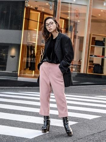 くすみカラー×黒は、淡いトーンをクールに引き締めてくれる組み合わせ。くすみピンクのパンツに黒のジャケットとブーツを合わせて甘さを抑えたマニッシュなコーディネートです。