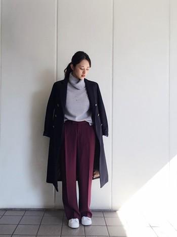 濃いめのくすみカラーであるワインカラーのパンツに、グレーパープルのタートルニットを合わせたコーディネート。ネイビーのコートを羽織ってシックな雰囲気に。ライトグレーのコートでトーンをアップしてもいいですね。