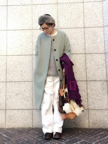 ペールグリーンのノーカラーコートに、ライトグレーのニットとホワイトパンツを合わせた、リラックススタイル。ファーのヘアバンドやバッグが、コーディネートに温もりを添えています。