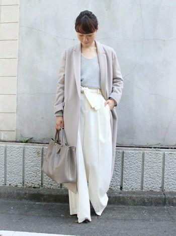 淡いくすみカラーは、白やライトグレーなど明るいトーンのアイテム同士で合わせると洗練されたイメージになります。ロングコートと極太ワイドパンツのビッグシルエットアイテムは、トップスインですっきり上品に着こなして。