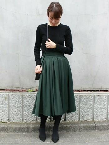 ダークグリーンなど濃いめのくすみカラー×黒は、ぐっとシックな装いに。トップスをインすることで、フレアスカートを主役に。もう少しソフトな印象したい場合は、トップスにグレーを持ってきても上品です。