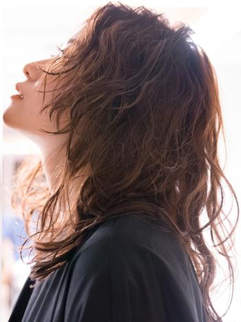 表面のみレイヤーをいれたスタイルはロングでも重くならずにどんな髪色にも好相性。毛が細くなってきたという悩みを生かし、外国人のような柔らかい質感を作ることができるのです。