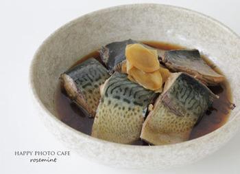 側面と腹に黒い斑点のあるゴマサバ。脂質が少ないので1年中味が変わりませんが、マサバの味が落ちるときに代わって獲られるので、旬は夏とされるようです。ただ、高知県足摺岬沖で獲れるゴマサバは質の高い「清水サバ」というブランド魚として知られ、こちらの旬は10~2月です。
