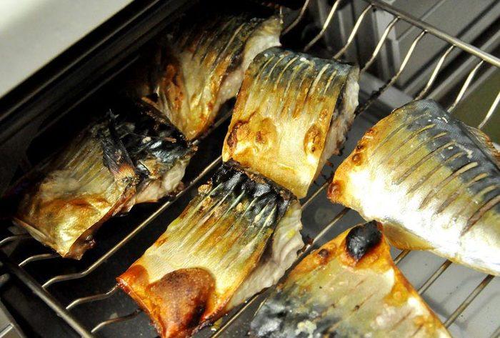鯖の塩焼きをおいしく作るコツは、塩加減と塩のふり方。魚の塩焼きの場合は、魚の重さの約1%の塩が目安量です。小さじ1/6で、約1gだそうですので、覚えておくと便利ですね。塩は、焼く30分前に魚の両面に均一にふりかけます。さらに、焼く前にお酒少々と生姜汁の中に10分ほど浸しておくと、しっとり臭みなく焼けます。