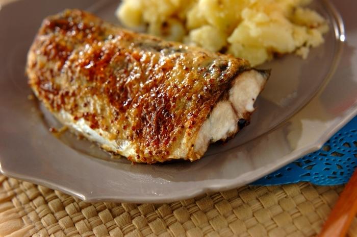 鯖をフライパンで焼き、マスタードソースをのせてオーブントースターで焼き色をつけます。身はふっくら、味わいジューシー!シンプルな材料で簡単にできる、ごちそうメイン料理です。