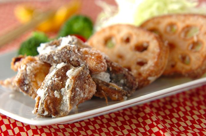 下味をつけた鯖に片栗粉をまぶし、カラッと揚げる竜田揚げ。輪切りのレンコンの揚げ物も、カリッとホクっといい味。先にレンコンを揚げておくと、鯖の脂がつかず、きれいに仕上がります。