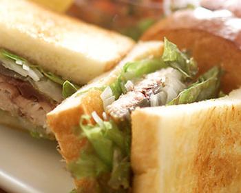 脂ののった鯖はもちろん、その脂がしみたパンのおいしさや野菜のシャキシャキ感…鯖サンドのおいしさは、ちょっと感動的ですね。ランチなどにもおすすめ!ボリュームもあって、満足感いっぱいの絶品サンドイッチです。