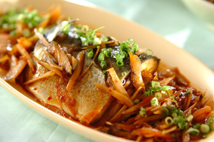 キムチがたっぷり入った、韓国風のピリ辛煮物。ごぼうの味わいも深く、ご飯がどんどん進みます。お酒にも合いそうですね。いつもとはちょっと違う鯖料理を作ってみたいという方におすすめです。