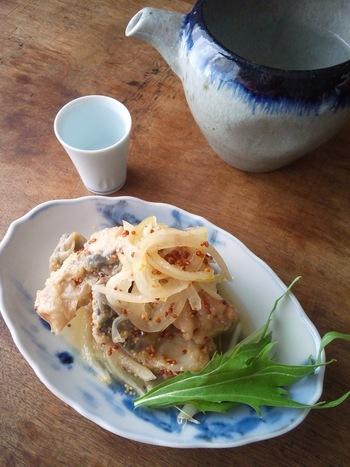 柔らかな酸味の鯖の南蛮漬け。粒マスタードが酸味をマイルドにしてくれます。常備菜としてはもちろん、おつまみにもおすすめの一品です。