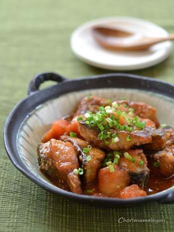 オイスターソースを使った、中華風の味つけの鯖とトマトの炒め物。濃厚さと爽やかな酸味が同居する、充実のメインおかずです。フライパンひとつでできる手軽さもうれしいところ。