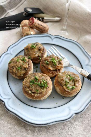鯖の水煮をマッシュルームに詰めてトースターで焼きます。まるでスペインのバルのような、おしゃれなおつまみのできあがり♪鯖のおいしさに、マッシュルームのうまみが加わった絶品料理です。
