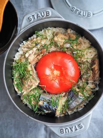 さば缶とまるごとトマトを入れて炊き上げる、簡単炊き込みご飯。手抜きとはいわせない、深い味わい。トマトから水が出るので、水加減は少し少なめに。大葉の香りもいい感じです。