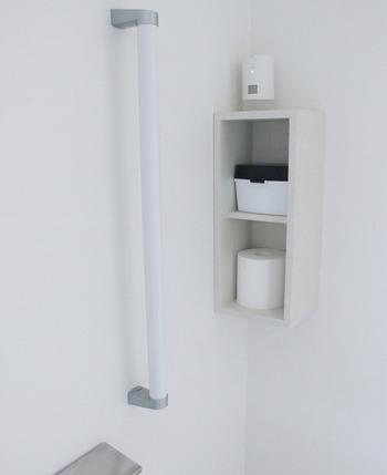 壁に釘で穴を開けずに済むシンプルな棚を空きスペースに設置して、トイレットペーパーをそのままストックする方法も♪さりげなく置いても、色味が統一されているので洗練された雰囲気に。
