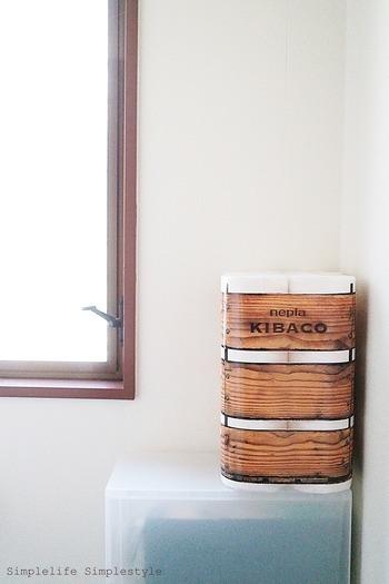 トイレットペーパーのパッケージが素敵なデザインなら、あえて見せる収納をしましょう。そのまま置くだけで絵になる空間が生まれます♪