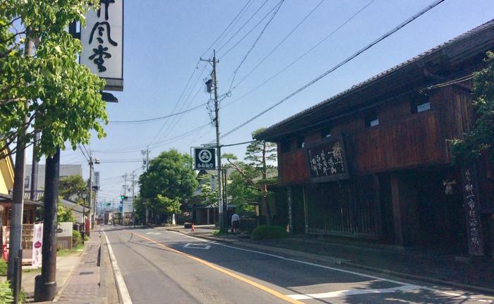 長野で最も小さな町にあたりますが、「江戸の名残りを留めた美しい町並み」を保持しており、また、至るところに「600年の歴史を持つ小布施栗の和菓子屋」が点在しています。  「小布施」は江戸時代、交通と経済の要所として栄えた町。遠方からの客人をおもてなしするような、大人の旅を充実させる魅力に満ちています。  歴史ロマンが薫る小布施を、ゆっくり旅してませんか。