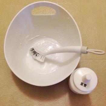特に気になる汚れがある場合は、重曹ペーストがおすすめ。重曹を少しのお湯で溶き、歯磨き粉のようなペーストを作ります。