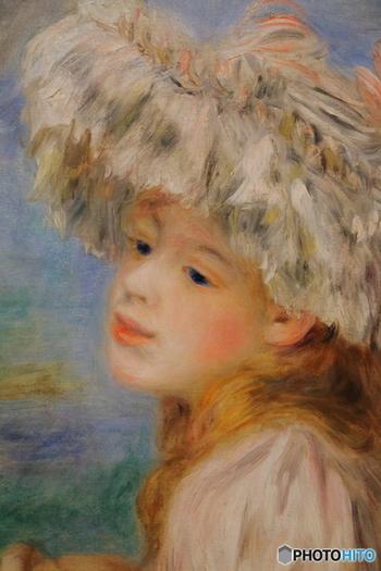 ピエール・オーギュスト・ルノワールによる、1891年の油彩「レースの帽子の少女」にも出会えます。ルノワールだけでなく、モネ、ピサロ、ドガなどの印象派の絵画もたっぷり鑑賞できます。