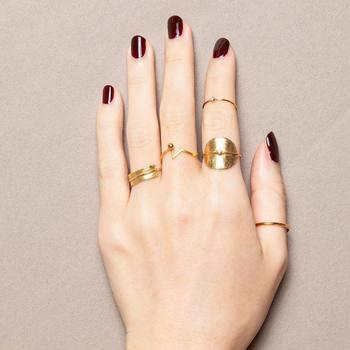 同じゴールドでもマットとツヤ感ある仕上げをミックスして、動きのあるリングコーディネイトが完成。さりげなく添えられたダイヤモンドも大人な印象。ボルドーのネイルと相まってエレガントシックに。
