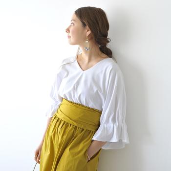 肌馴染みの良いゴールドは、秋冬には細いラインのアクセサリーを選ぶことでシックでいてゴージャス。服のシルエットの個性に負けないピアスは、ボトムスとトーンを合わせて。