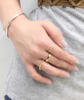 アクセサリーが大好きでいくつでも身につけたい!という方は、余白や空間バランスを意識してみましょう。例えば全部の指に似たボリューム、デザインのリングを着けるとどうでしょう。あまりおしゃれなイメージはしませんよね。たくさん着けたいのであればリングの太さを変えてみたり、着けない指があることでリングの印象が際立ちます。ピアスやネックレスのコーディネイトも同じで、チェーンの長さを変えることはもちろん、ごちゃついて見えない素材の選び方も重要。