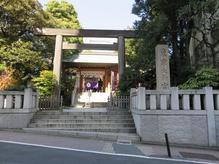 """1880年(明治13年)に創建された「東京大神宮」は、""""縁結びの神さま""""""""東京のお伊勢さま""""と称され親しまれています。JRや東京メトロの飯田橋駅から歩いて5分ほどとアクセスも良いので、気軽に立ち寄れるのもうれしいですね。"""