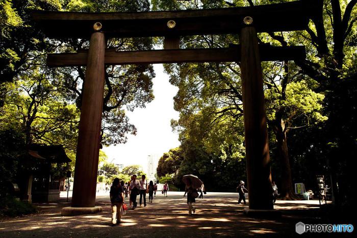 JR原宿駅のほど近くにある「明治神宮」は、日本一の参拝者数を誇ることでも有名。恋愛成就や夫婦円満をはじめ、さまざまな「良縁」が授かれる神社としても知られています。