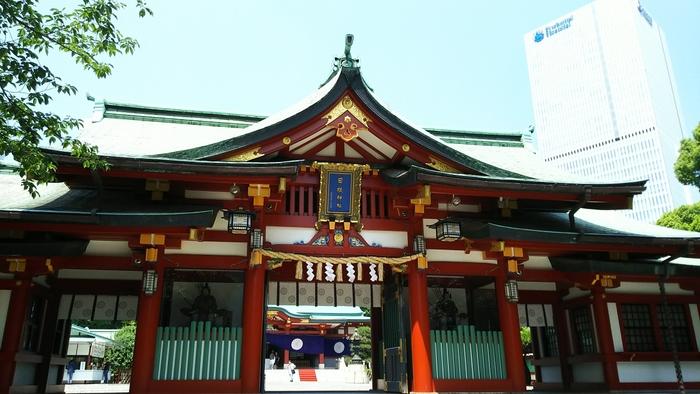 正面の階段をのぼると見える立派な社殿。元々の建物は1945年(昭和20年)の東京大空襲で全焼してしまいましたが、その後1958年(昭和33年)に再建され、現在に至っています。朱色が美しく豪華な印象ですね。