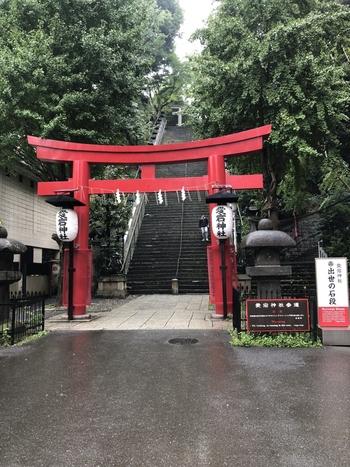 印刷やコンピュータ関係のお仕事で良縁を授かりたい方は、「愛宕神社(あたごじんじゃ)」がおすすめ。日比谷線の神谷町駅から歩いて5分ほどのところにあり、1603年(慶長8年)に徳川家康の命によって防火の神様として祀られました。大鳥居の先にあるのは、傾斜40度、86段の男坂。