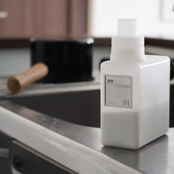 食材を扱うキッチンはナチュラルクリーニング派という方は、酸性汚れを落としやすくしてくれる、重曹。 研磨作用もあるので、軽い汚れならブラシやスポンジでこするだけでもキレイに。 よりアルカリ性が強いのはセスキ炭酸ソーダです。